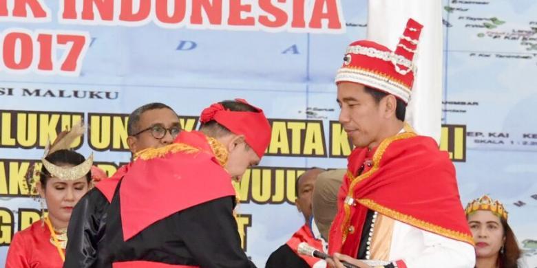 Dapat Gelar Adat Dari Rakyat Maluku, Jokowi Balas Dengan Pantun Lokal