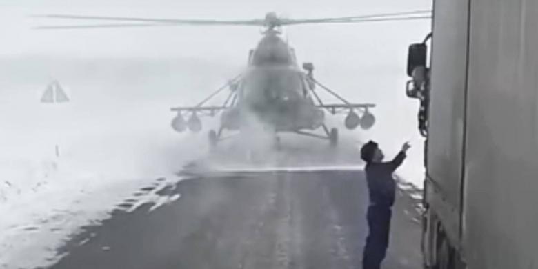 Helikopter Ini Tersesat Dan Mendarat Di Jalan Untuk Bertanya Arah