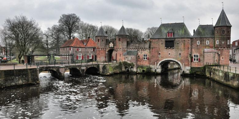RYA DARU PANGAYUNAN Koppelpoort di kota tua Amersfoort, Belanda.