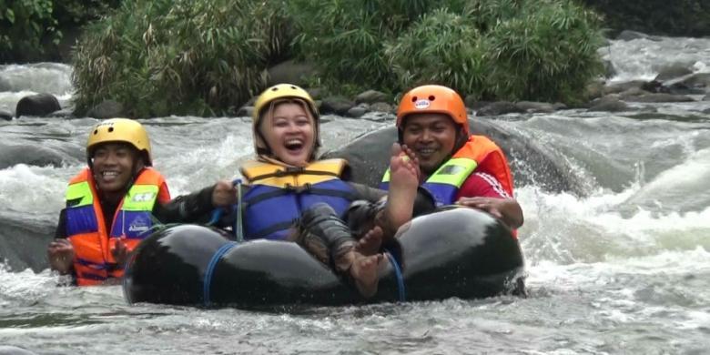 """Seru! Wisata """"River Tubing"""" Di Gading Wetan"""