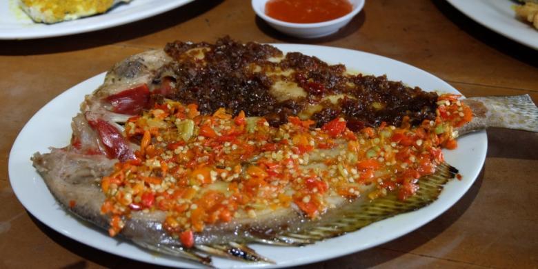 Ikan bakar rica manado dan parape di restoran Samudera Rasa.