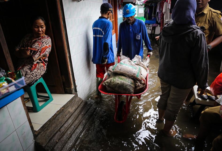 Kampung Luar Batang Masih Terendam Air akibat Tanggul Bocor