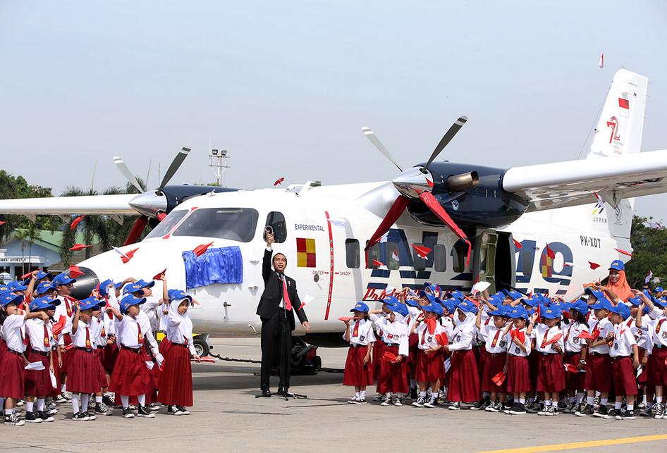 Presiden Joko Widodo saat pemberian nama dan uji terbang pesawat N219 di Lanud Halim Perdanakusuma, Jakarta, Jumat (10/11/2017). Foto: Kompas.com/Kristianto Purnomo