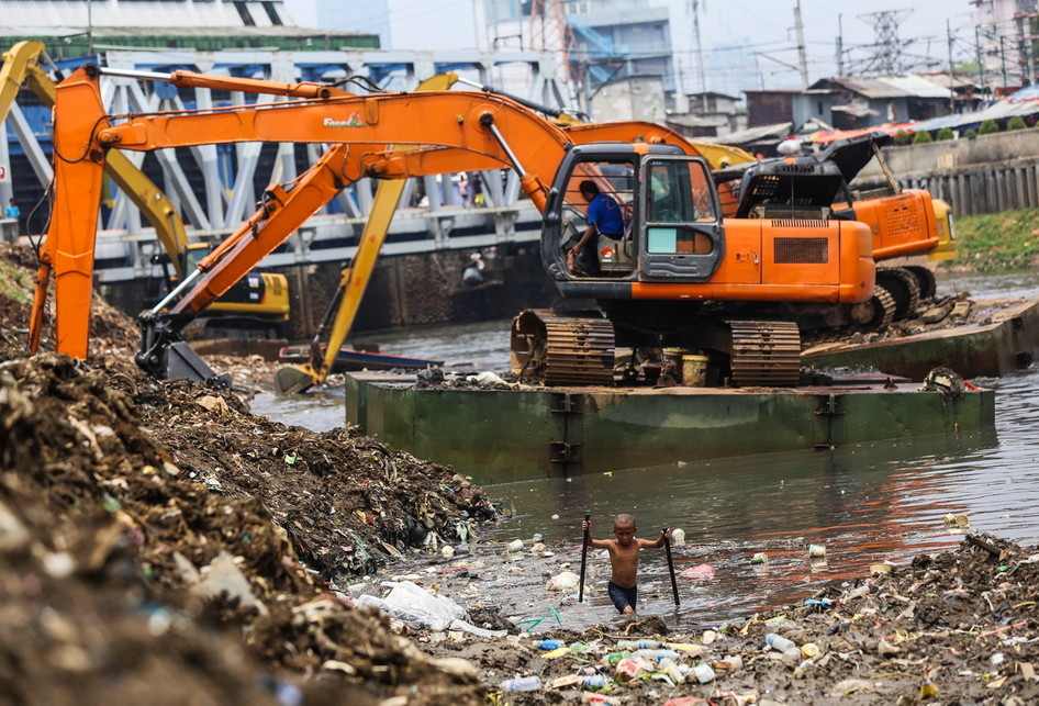 Pengerukan Lumpur Kanal Banjir Barat Tanah Abang