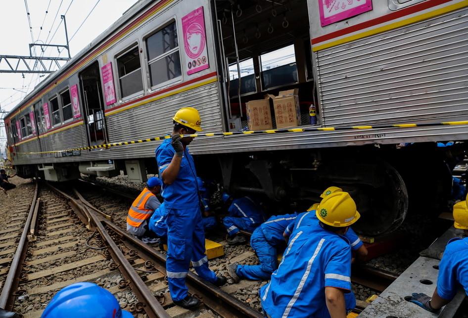 Kereta Rel Listrik KRL Relasi Bogor-Angke Anjlok di Stasiun Mang