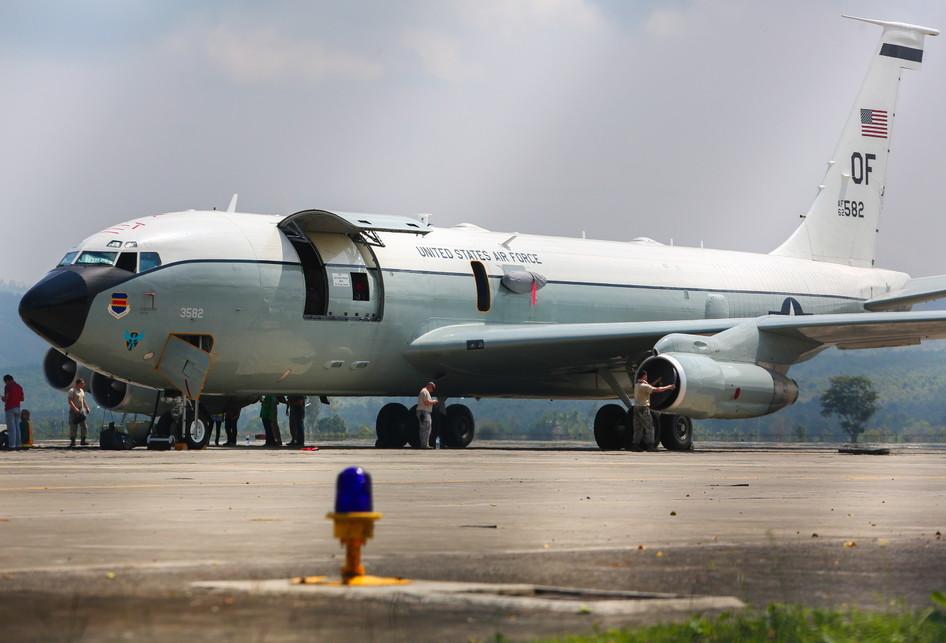 Pengecekan Mesin Pesawat Militer Amerika