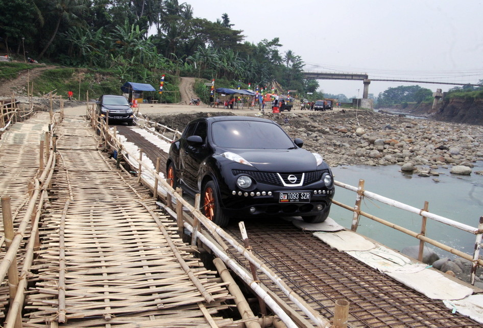 Jembatan Darurat Cipamingkis Dilintasi Pemudik