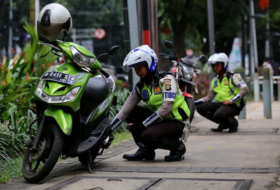 Polisi Razia Pengendara Sepeda Motor Masuk Trotoar