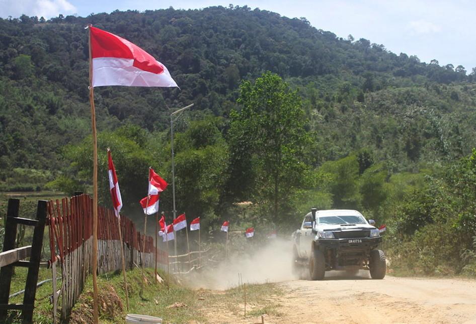 Perempuan adat Dayak Lundayeh ikut serta dalam upacara bendera