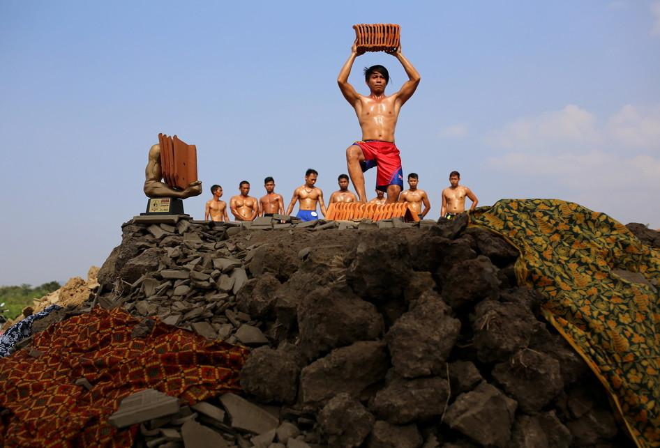 Para kuli pabrik genteng atau jebor mengikuti lomba binaraga antar jebor di halaman Pabrik Genteng Edi Jaya, Kampung Loji, Jatiwangi, Kabupaten Majalengka, Jawa Barat, Jumat (11/08/2017).