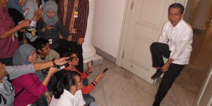 Sedang Diwawancara, Tiba-tiba Jokowi Lepas Sepatu...