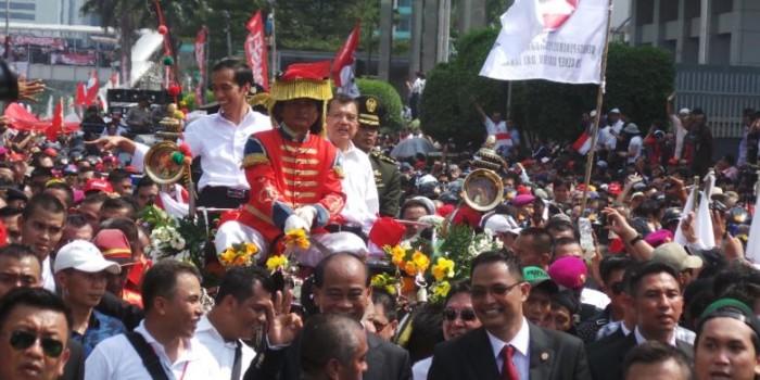 Jokowi dan JK Tersenyum di Bawah Terik Matahari