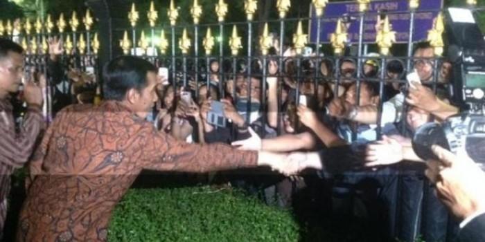 Dari Pagar, Jokowi Ulurkan Tangan ke Masyarakat di Luar Istana