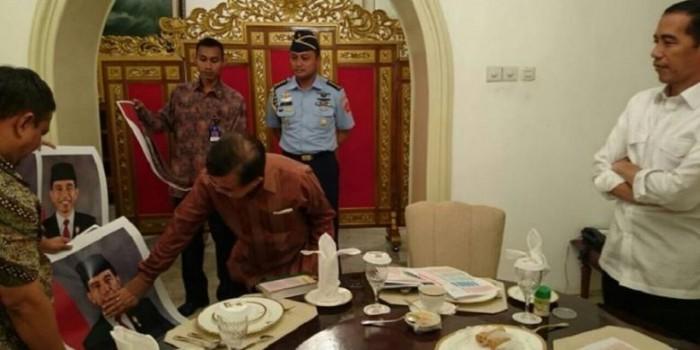 Dikira Ada Pengumuman Menteri, Jokowi Ternyata Sedang Cek Foto Dirinya Sebagai Presiden