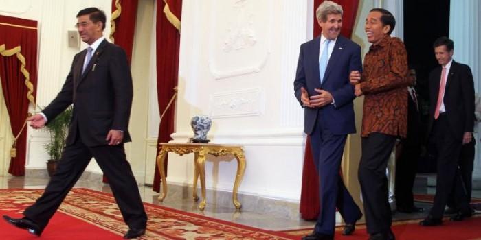 """""""Bergandengan Tangan"""" Mesranya Jokowi dan Kerry di Istana Merdeka"""