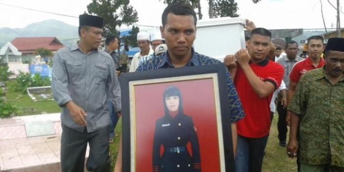 Ratusan Orang Hadiri Pemakaman Gayatri di TPU Taman Bahagia
