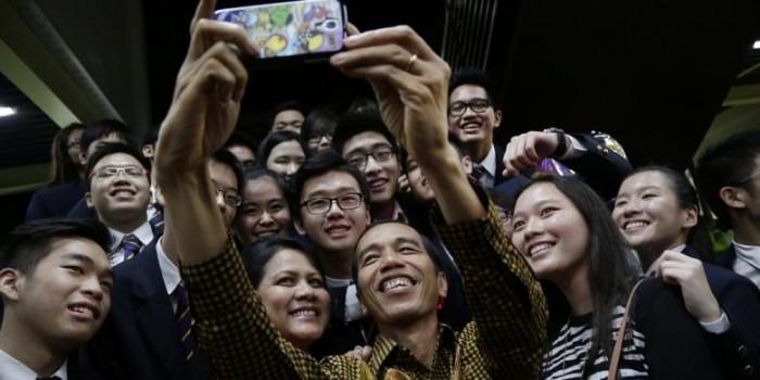 """Jumpa Jokowi, Teman Sekolah Kaesang di Singapura Rebutan """"Selfie"""""""