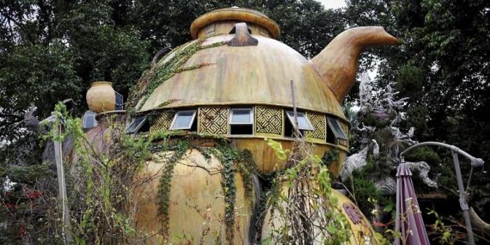 Rumah Teko Raksasa, Tempat Menyepi yang Aneh di tengah Hutan