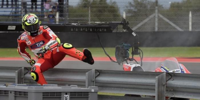 Setelah Marquez, Kini Iannone yang Harus Lompat Pagar