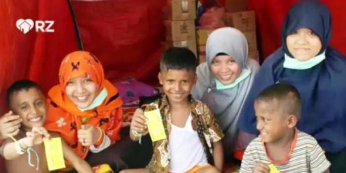 Kisah Relawan Pembasmi Kutu Rambut Para Pengungsi Rohingya