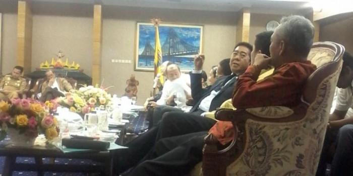 Rapat dengan Gubernur, Anggota DPR Minta Izin Merokok di Ruangan Ber-AC