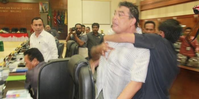 Bercelana Pendek, Wakil Ketua DPRD Mengamuk di Tengah Rapat Pansus