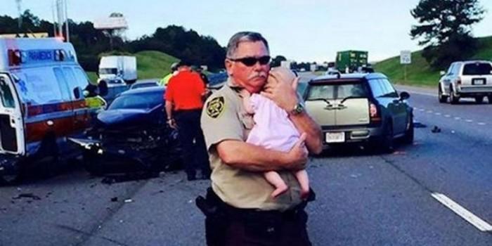 """Polisi Gendong Bayi Korban Kecelakaan Tuai Pujian """"Netizen"""""""