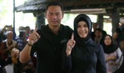 Calon Gubernur DKI Jakarta 2017 No Urut 1 Agus Harimurti Yudhoyono dan Anisa Pohan (istri) usai melakukan pencoblosan di TPS 06 Taman Cibeber, Rawa Barat, Jakarta Selatan, Rabu (15/02/2017). Pemilihan kepala daerah dilakukan secara serentak pada hari ini di seluruh Indonesia.