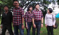 Calon gubernur DKI Jakarta Basuki Tjahaja Purnama atau Ahok bersama istri, Veronica Tan dan putra sulungnya Nicholas Sean Purnama, saat berjalan kaki dari kediamannya di Kompleks Pantai Mutiara ke TPS 54, Rabu (15/2/2017).